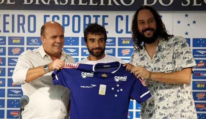 Gerente Valdir Barbosa e agente Gabriel o Pensador apresentaram meia Gabriel Xavier na Toca